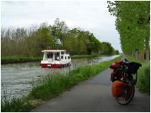 Vélo route au bord de l'eau