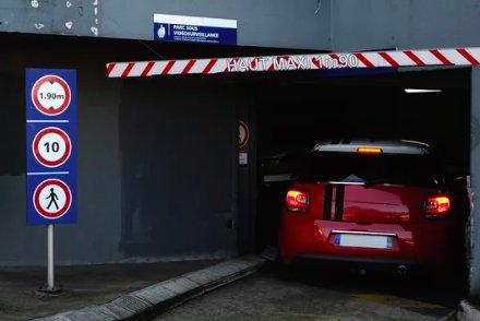 Entrée d'un parking souterrain équipée d'un portique
