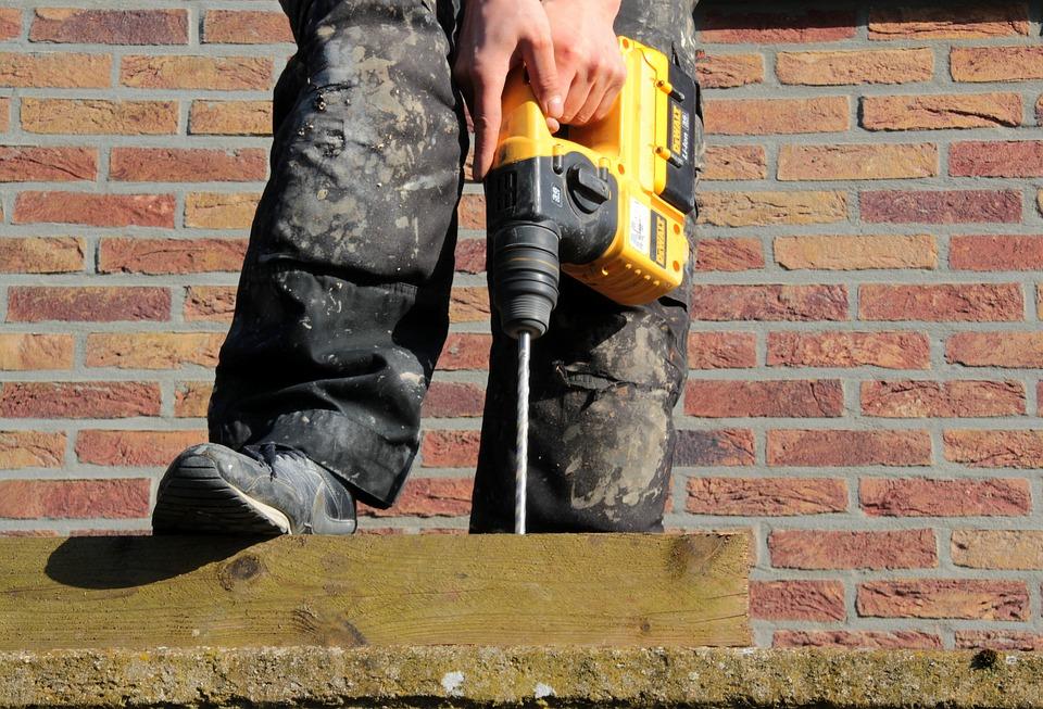 Perçage d'un trou pour la mise en oeuvre de clou ou dalle podotactiles